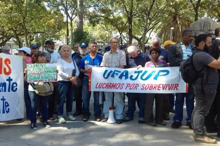 Pensionados marcharon hasta la Defensoría del Pueblo en medio de amenazas