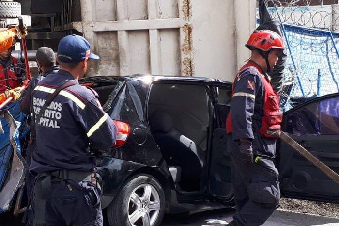 Camión de arena cae sobre vehículo en El Rosal y deja un fallecido