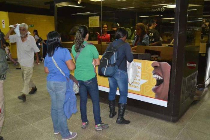 """""""Despelote"""" y largas colas marcan inicio de venta oficial de boletos del Metro"""