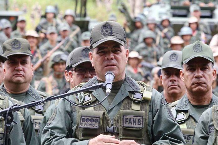 Maduro ratifica a Padrino López como ministro de la Defensa y cambia al comandante del Ejército