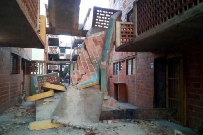 Se desploman escaleras de edificio construido en Vargas para damnificados de 1999