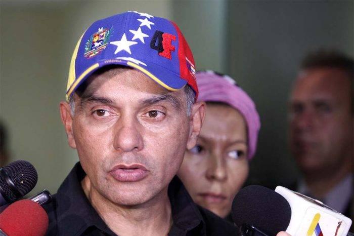 Para García Plaza, el decreto de emergencia económica legaliza el carnet de la patria