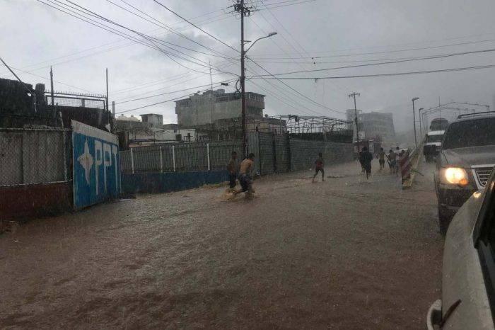 Al menos dos personas fallecidas por lluvias en Vargas