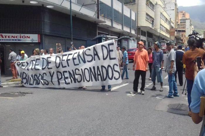 Pensionados protestaron nuevamente para exigir pago completo y en efectivo
