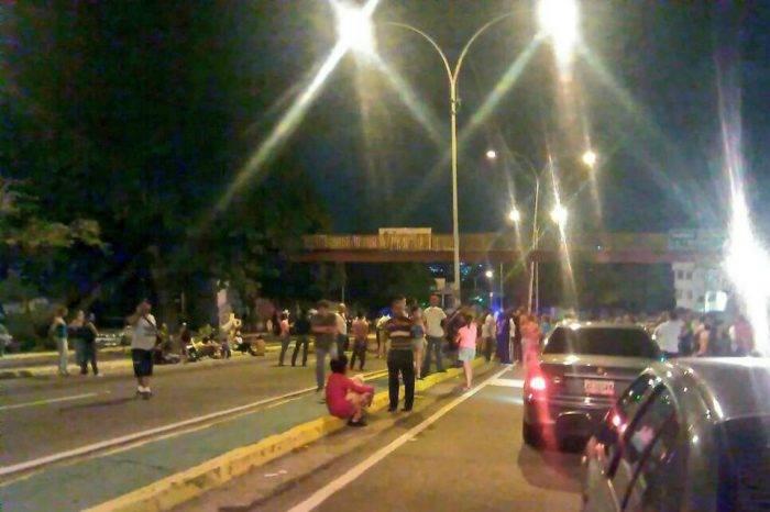 Vecinos trancaron el paso en la avenida Baralt por falta de agua