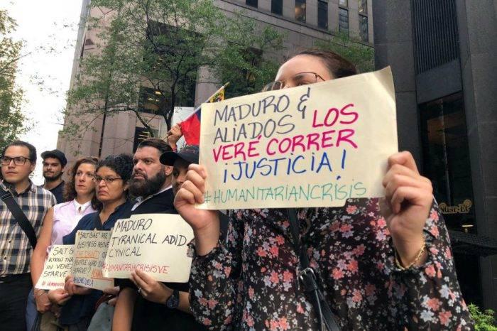 """Venezolanos protestan en las afueras del restaurante de """"Salt Bae"""" en Nueva York"""