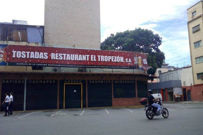 """Crisis económica obliga a la arepera """"El Tropezón"""" a cerrar sus puertas"""