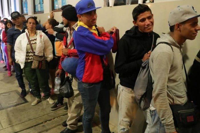 """Venezolanos """"acampan"""" en Cúcuta para tramitar nacionalidad colombiana"""