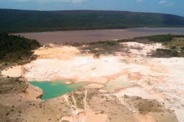 AN investiga al ministro Gilberto Pinto por decreto que avala minería en seis ríos