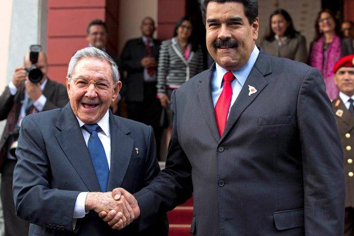 """Maduro viaja """"sorpresivamente"""" a Cuba para reunirse con Raúl Castro"""