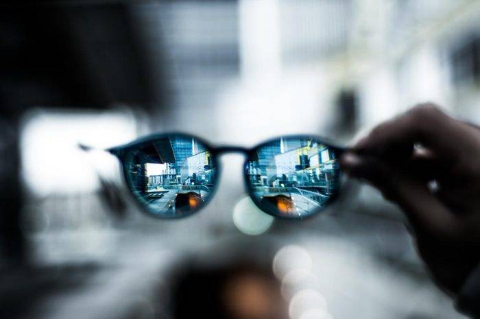 Estiman que la mitad de la población en el mundo tenga miopía por uso de smartphones