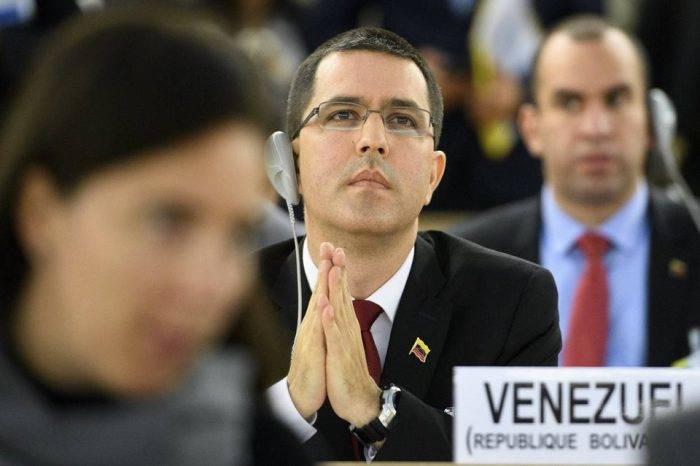 Arreaza desmiente a Guaidó y niega contactos del libio Jalifa Hafter con Venezuela