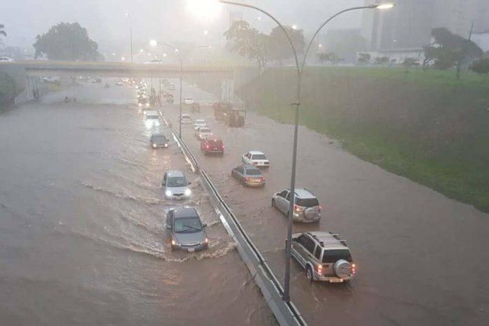 Lluvias colapsan avenidas y varios municipios de la gran Caracas este #22oct