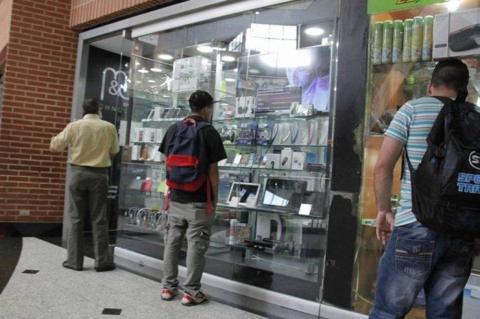 En City Market los celulares se pagan en dólares