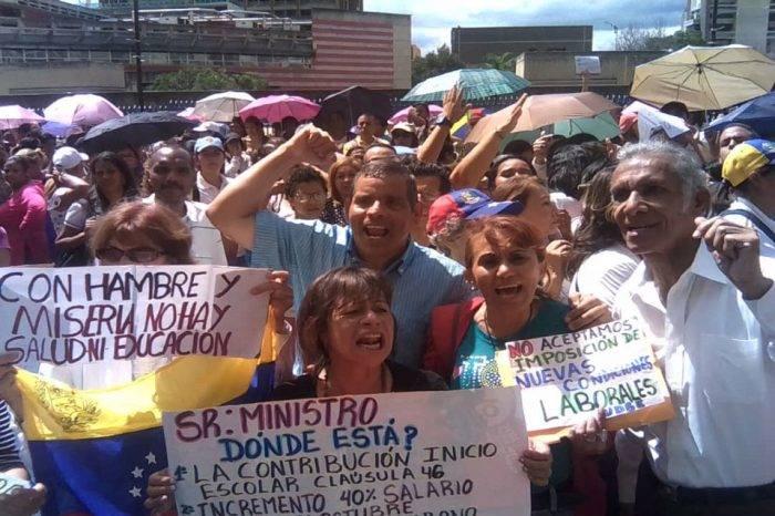 """Docentes protestaron contra """"medidas de hambre"""" del Gobierno"""