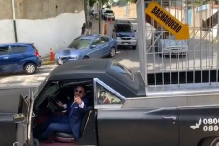 """Lacava llegó a Globovisión a bordo del """"Carro de Drácula"""" para una entrevista con Vladimir Villegas"""
