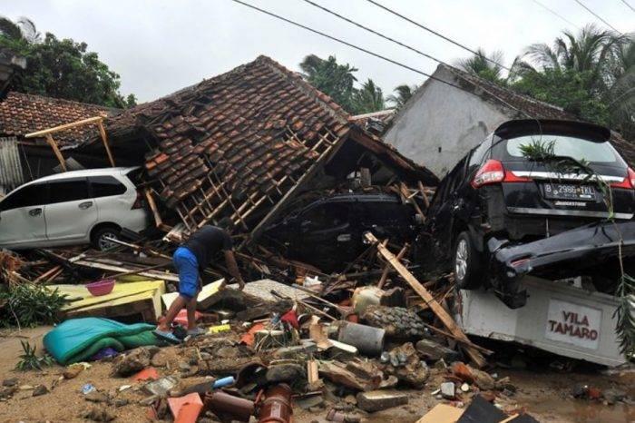 Al menos 220 muertos y centenares de heridos tras un tsunami en Indonesia