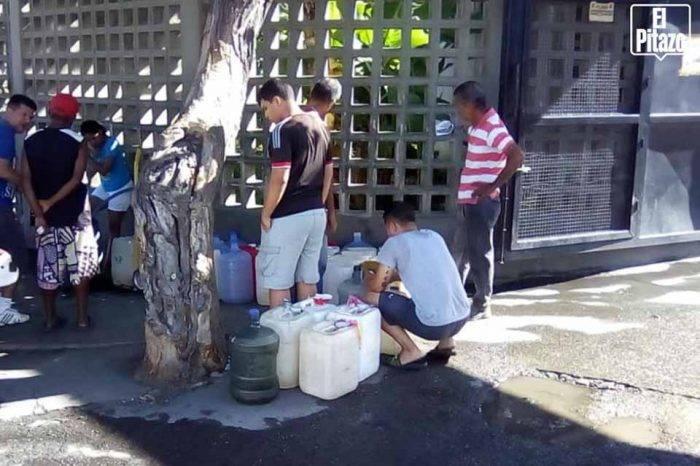 En el oeste de Vargas hubo más gente cargando agua que en el centro de votación