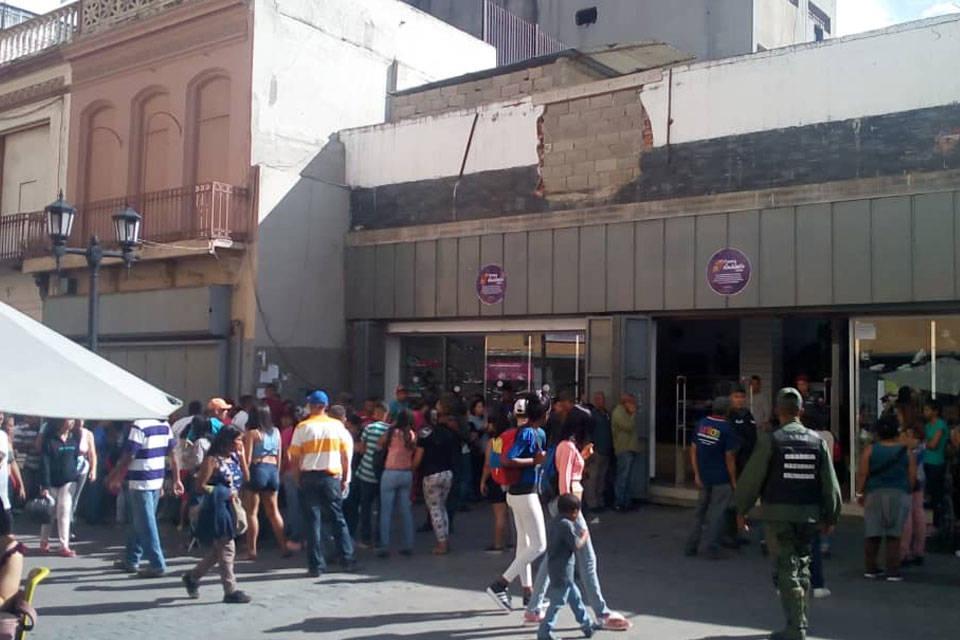 Locales del bulevar de Sabana Grande identificados con la etiqueta 'Fiestas Navideñas 2018' venden artículos presuntamente otorgados por el Gobierno