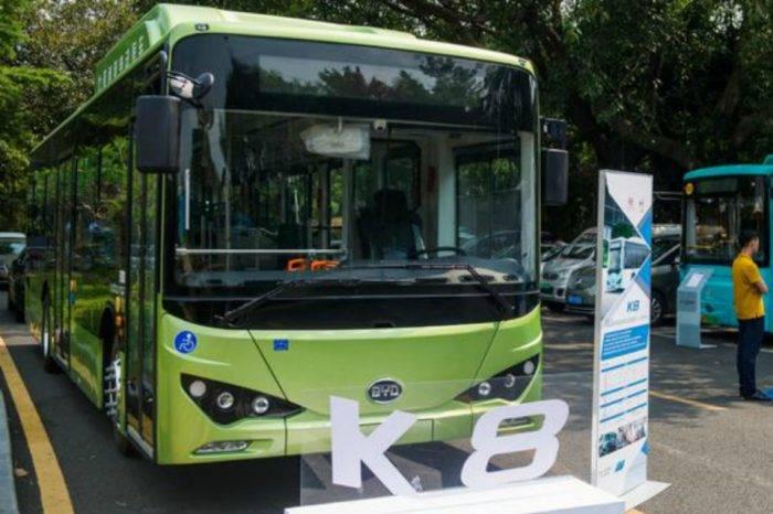 """Chile avanza con buses eléctricos y Venezuela con """"perreras"""", por Ariadna García"""