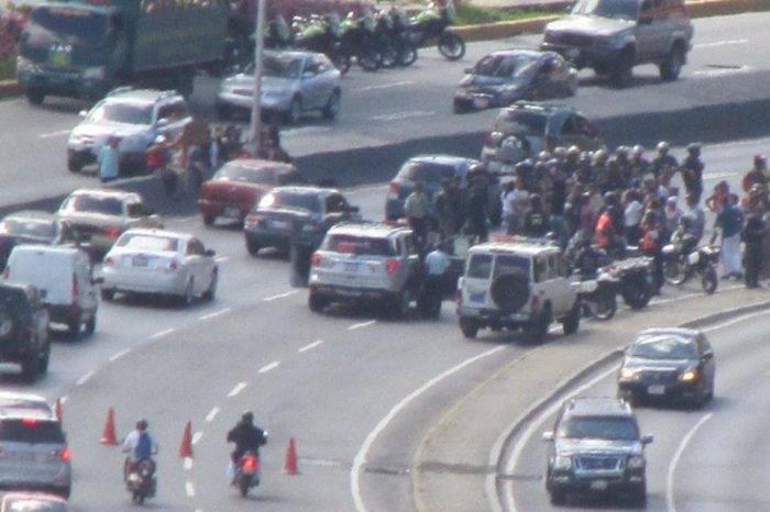 Vecinos trancan la Autopista Prados del Este este #30Dic para exigir servicios básicos