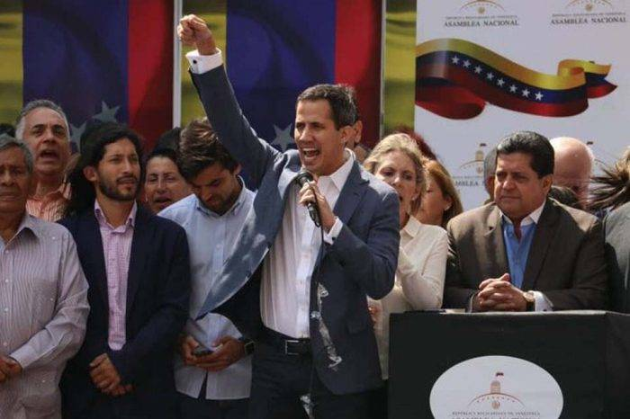 Guaidó se escuda en tres artículos de la Constitución para asumir la Presidencia a futuro