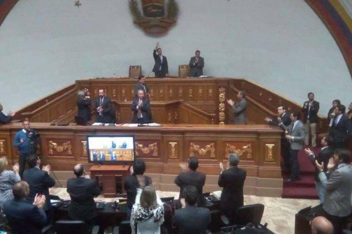"""Parlamento venezolano quiere asegurar """"garantías"""" a funcionarios en la transición"""