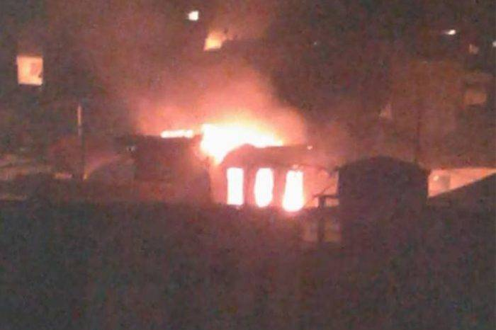 Manifetantes incendiaron la Casa Robert Serra y colectivos amenazaron con quemar casas