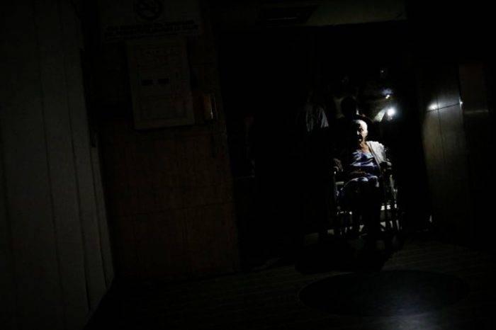 Dos pacientes mueren en la emergencia del Clínico Universitario por falta de luz