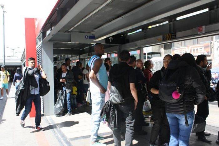 El caos de moverse en el TransMilenio de Bogotá, por Ariadna García