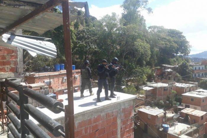 FAES allana viviendas en zonas populares de Caracas donde hubo protestas