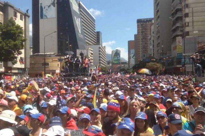 """Jóvenes marcharon el #12Feb por """"los que no están"""" y también """"porque se vaya Maduro"""""""