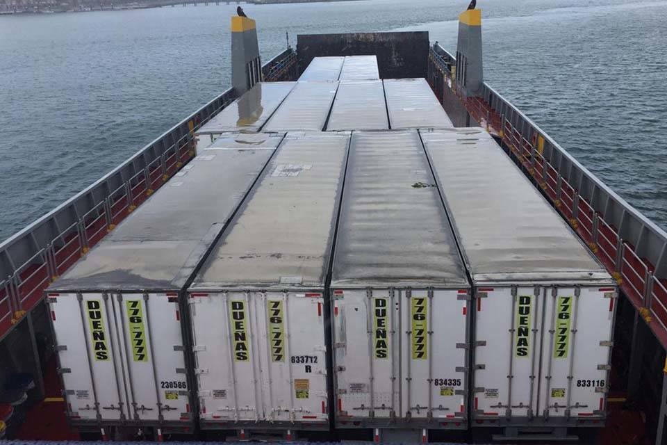 barco con ayuda humanitaria