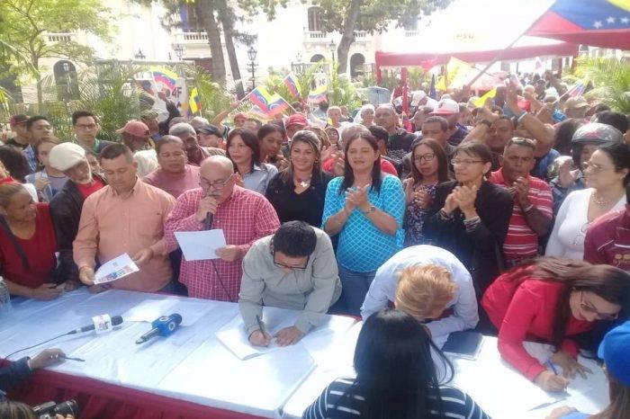 "Chavistas inician recolección de firmas para evitar que EEUU ""meta mano a las riquezas"""
