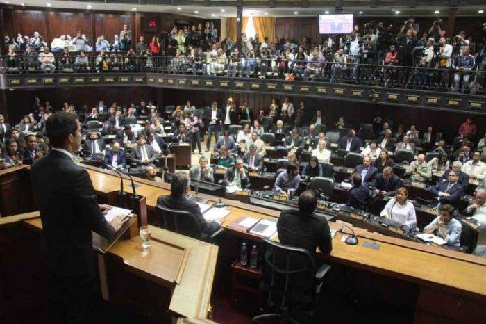 Guaidó ordena suspender el suministro de combustible y crudo a Cuba