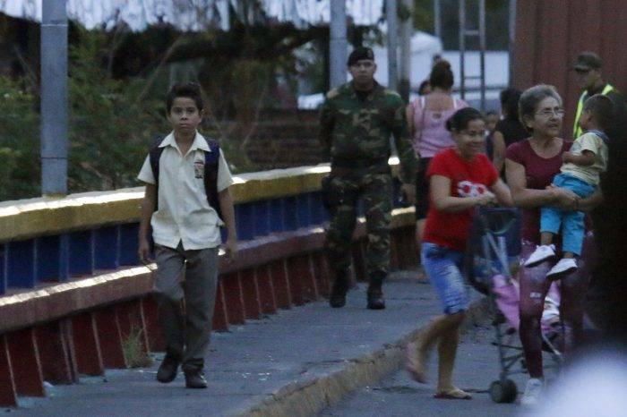 Colombia pide ayuda humanitaria para más de 3.000 niños venezolanos en la frontera