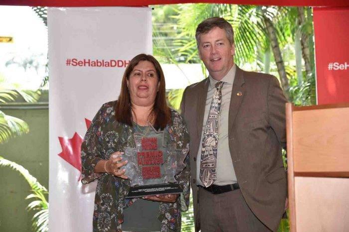 Embajada de Canadá otorga premio de DDHH a la directora de la ONG Prepara Familia