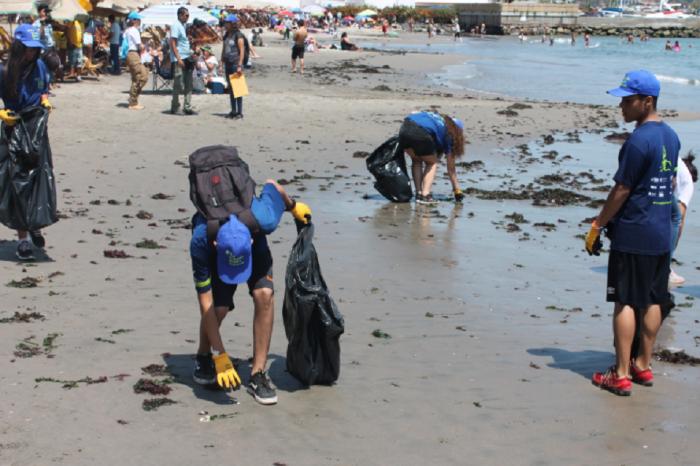 Venezolanos limpian las playas de Perú en agradecimiento al apoyo a la migración