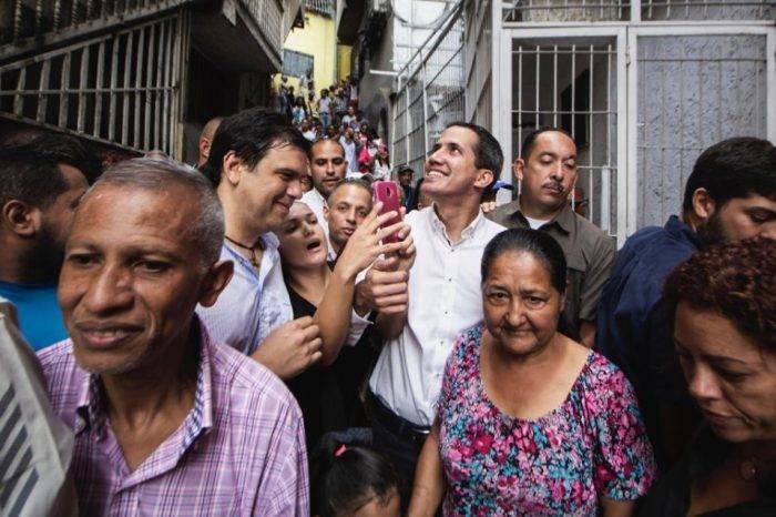 Juan Guaidó visita sorpresivamente Petare para entregar pastillas potabilizadoras de agua