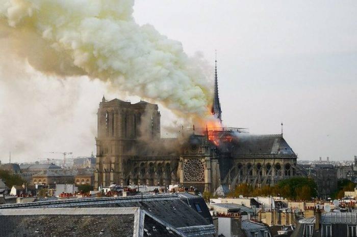 Pavoroso incendio en la catedral de Notre Dame destruye la cúpula del templo