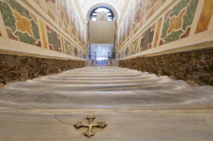 Exhiben la escalera que subió Jesús para su juicio después de 300 años de estar oculta