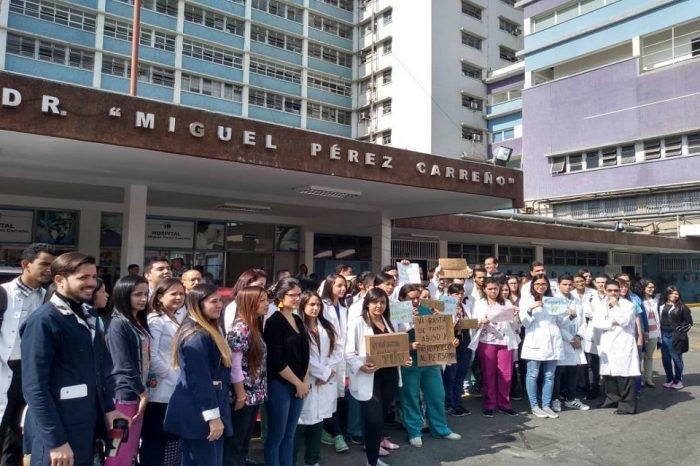 Médicos del Hospital Miguel Pérez Carreño protestaron para exigir mayor seguridad