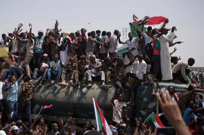Civiles amenazan a Fuerza Armada de Sudán con una huelga general si no entregan el poder