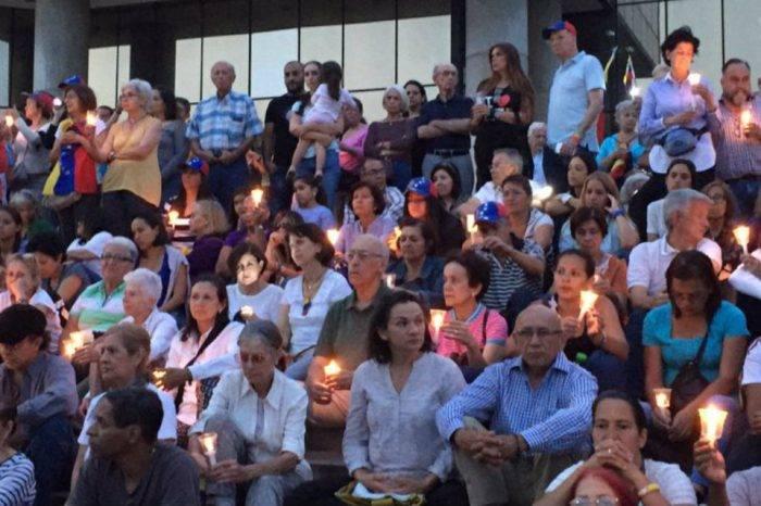Piden paz en vigilia en honor a los caídos en protestas contra Maduro