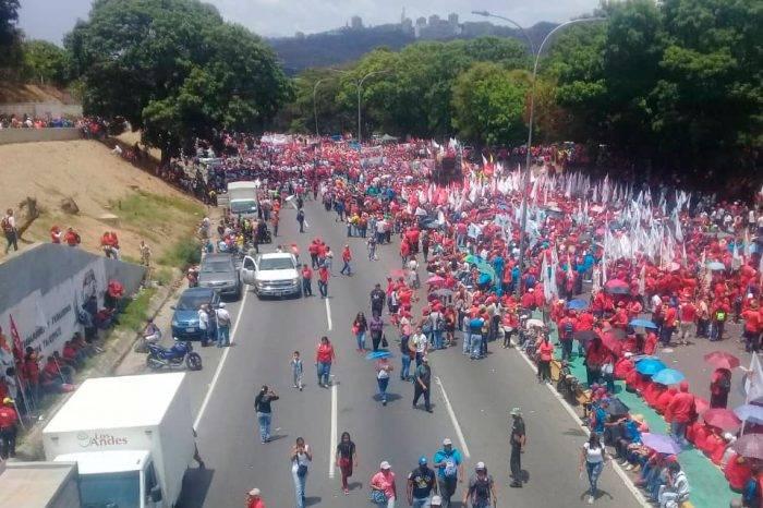 Chavistas avanzan a Miraflores con huecos en la movilización