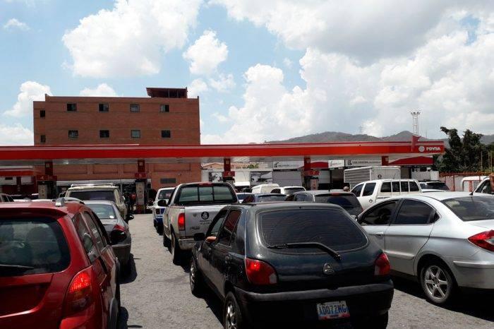 La escasez de combustible llega de nuevo a Caracas: colas y gasolineras cerradas