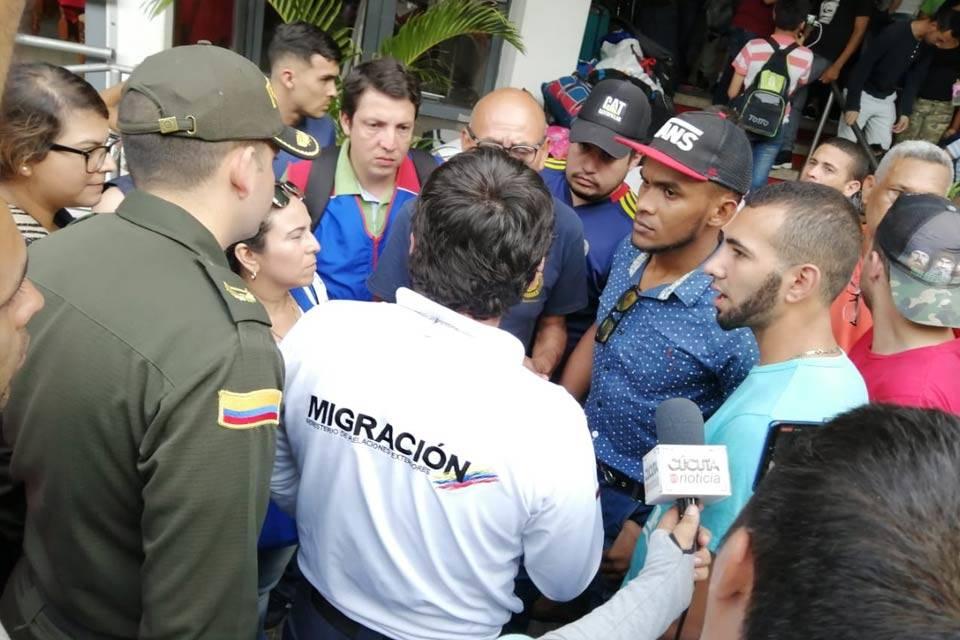 Militares conversan con las autoridades colombianas de migración