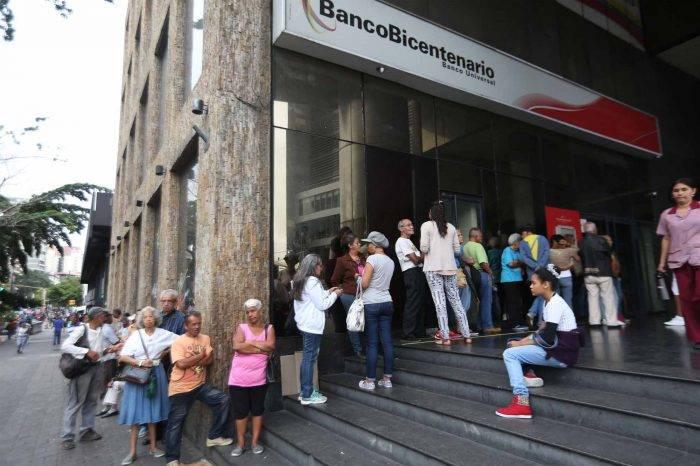 Banca entregará tarjetas de débito a domicilio para evitar aglomeración de clientes