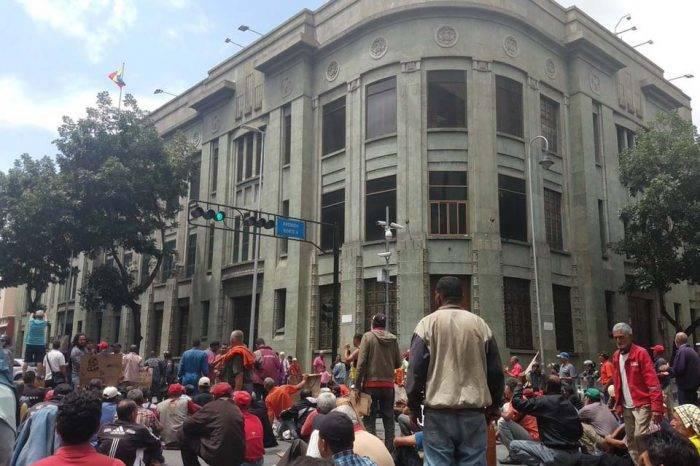 Colectivos agreden a periodistas durante protesta de extrabajadores petroleros
