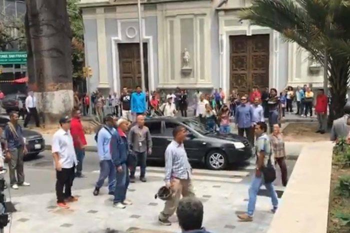 Oficialistas agredieron a periodistas y diputados a las afueras de la AN